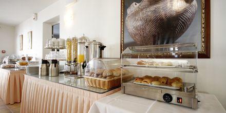 Frukostservering på Hotell Katerina i Agios Prokopios på Naxos, Grekland.
