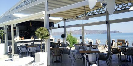 Restaurang Tropicana, belägen precis vid stranden, på hotell Tropicana, Kato Stalos, Kreta.