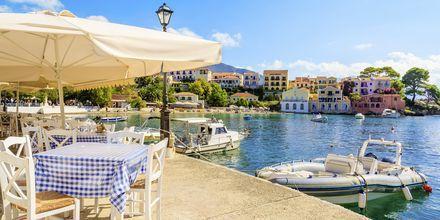 Strandpromenaden i byn Assos kantas av mysiga tavernor och caféer.
