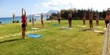 Gruppträning på hotell Kiani Beach Resort i Kalives på Kreta, Grekland.