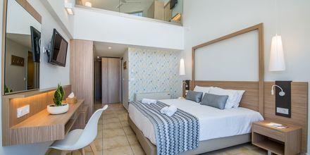 Enrumslägenhet i etage på hotell Kiani Beach Resort i Kalives på Kreta, Grekland.