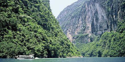 Yangtzefloden i Kina lockar med vacker natur och mäktiga berg.