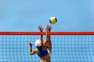 Volleyboll på stranden på hotell Kipriotis Maris på Kos, Grekland.