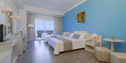 Renoverat dubbelrum på hotell Kipriotis Panorama & Suites på Kos, Grekland.