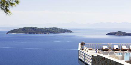 Pool och utsikt på hotell Kivo Art & Gourmet i Vasilias på Skiathos, Grekland.