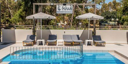 Poolområdet på hotell Kiwi i Agii Apostoli på Kreta, Grekland.