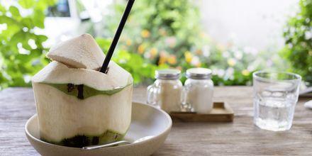 Svalka dig med kokosvatten.