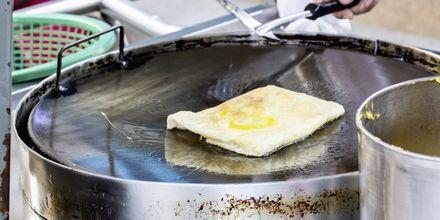 Roti är tunna och krispiga pannkakor som ofta fylls med banan och serveras med kondenserad mjölk.