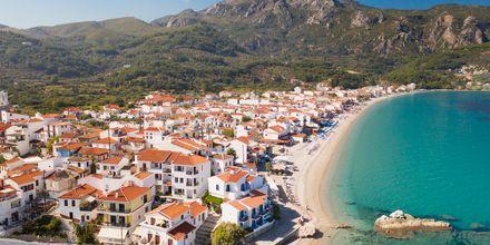 Utsikt över stranden i Kokkari på Samos, Grekland.