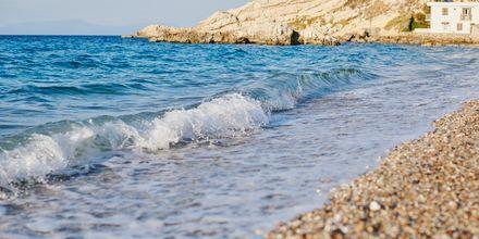Kristallklart vatten i Kokkari på Samos, Grekland.