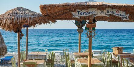 Charmig taverna vid havet i Kokkari på Samos, Grekland.