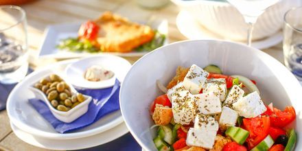 En god grekisk sallad på semestern är ett måste!