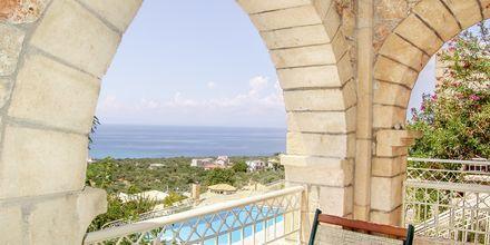 Trerumslägenheter i etage med delad pool på Kolokotronis Hotel & Spa i Stoupa, Grekland.