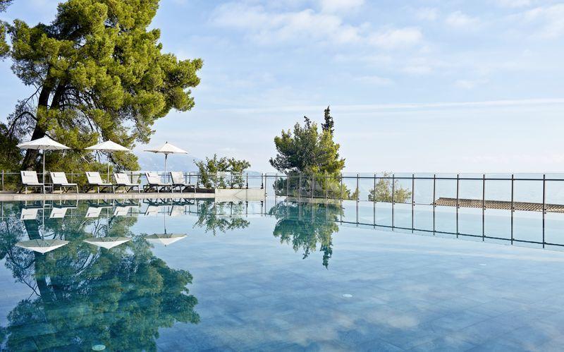 Infinitypoolen på hotell Kontokali Bay på Korfu, Grekland.