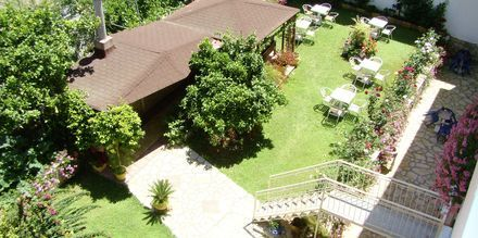 Trädgården på hotell Korali House i Vrachos, Grekland