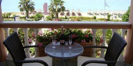 Balkong som vetter mot havet på hotell Korali House i Vrachos, Grekland