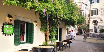 Det finns mängder av mysiga restauranger och caféer att slå sig ned vid i Korfu stad.