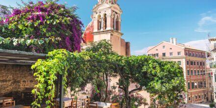 I Korfu stad kantas de slingrade gränderna av charmiga restauranger.
