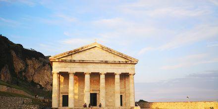 Vid det gamla fortet i Korfu stad ligger den vackra kyrkan Agios Georgios.