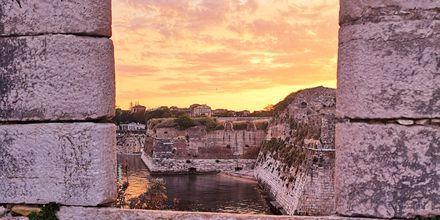 Det gamla fortet i Korfu stad bjuder på vackra vyer över hamnen och havet.