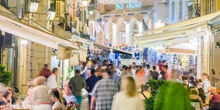 Folkliv i Korfu stad, Grekland.
