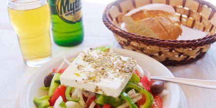 En god grekisk sallad och den grekiska ölen Mythos.