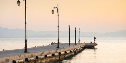 Ta en promenad längs vattnet och njut av solnedgången.