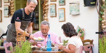 Slå dig ned vid en av Kos stad många restauranger.