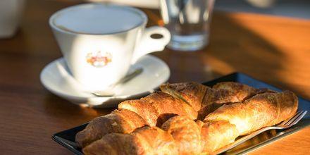 Kos stads caféer erbjuder alla möjligheter till en god fika.