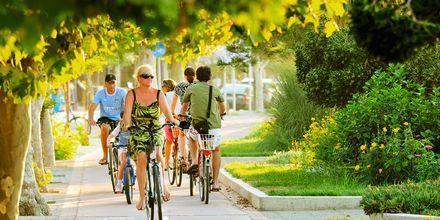 Cykla genom Kos stad, Grekland.