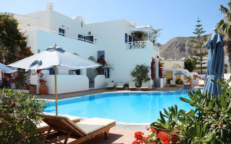 Poolområde på hotell Kouros Village på Santorini, Grekland.