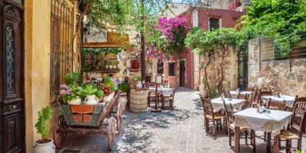 Charmig restaurang i en gränd i Chania stad på Kreta.