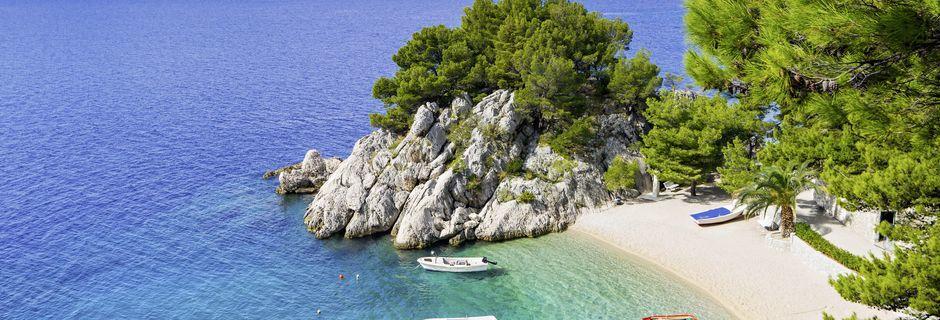 Små mysiga stränder ligger som ett pärlband längs Makarska Riviera.
