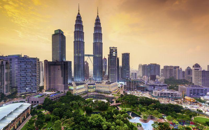 Kuala Lumpur i Malaysia har en skön blandning av storstad och tropisk grönska.