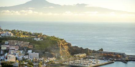 Hamnen i San Sebastián på La Gomera, med utsikt mot Teide på grannön Teneriffa.