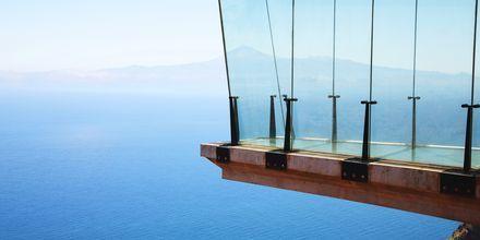 Miradore Abrante öppnades 2014. Att vissa delar av både golv och väggar är av fönsterglas gör att utsikten slår de flesta utsiktsplatser på  La Gomera.