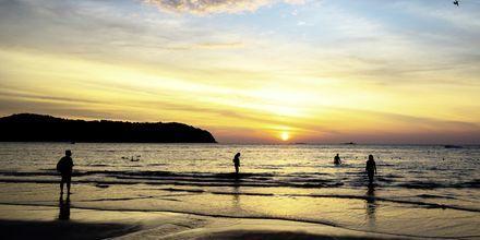Solnedgång på stranden Pantai Tengah, Langkawi, Malaysia.