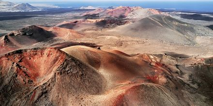 Nationalparken Timanfaya på Lanzarote är en dramatisk syn med sitt röda och svarta månlandskap med höga berg och djupa kratrar.