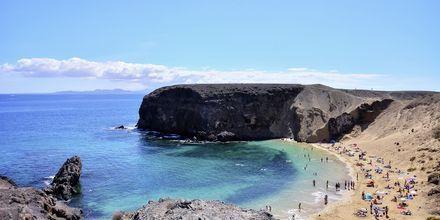 Orten Playa Blanca ligger närmast de populära papagayostränderna.
