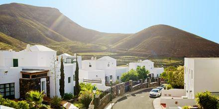 Den charmiga byn Yaiza på Lanzarote - ett populärt utflyktsmål för turister som vill promenera på de blomsterkantade små gatorna och mysiga torgen.