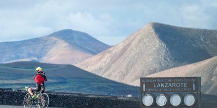 Lanzarotes mäktiga landskap är perfekt för cykling.
