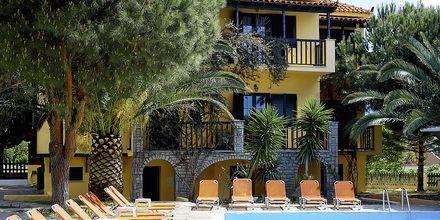 Poolområdet på hotell Ledra i Votsalakia på Samos, Grekland.