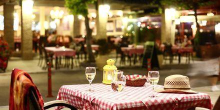 Restaurang på strandpromenaden i Nidri, Lefkas.