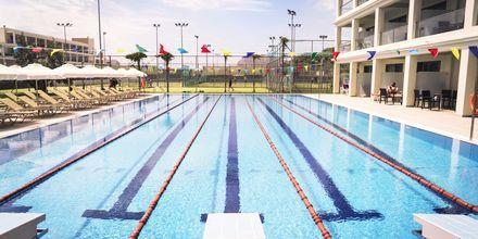 Den nya 25-meters poolen och den nya sidobyggnaden på Levante Beach Resort på Rhodos.