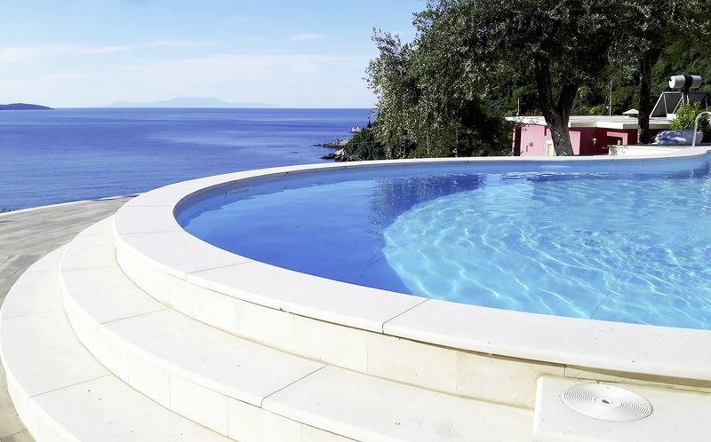 Poolvy på hotell Lichnos Bay Village i Parga, Grekland.