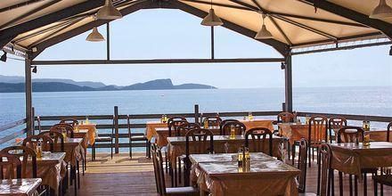 Hotell Lichnos Bay Village strandrestaurang i Parga, Grekland.