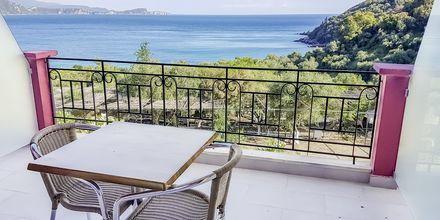 Balkong på ett av superiorrummen på hotell Lichnos Bay Village i Parga, Grekland.