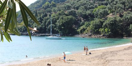 Stranden på hotell Lichnos Bay Village strandrestaurang i Parga, Grekland.
