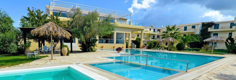 Poolområdet på hotell Likithos Village på Korfu, Grekland.