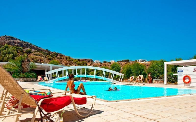 Pool på hotell Lindos White på Rhodos, Grekland.
